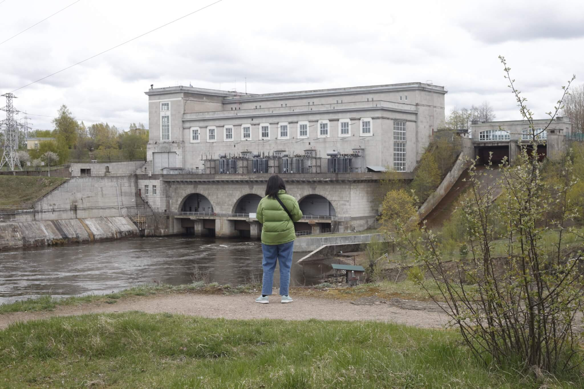 Yin Aiwen by the Narva Hydroelectric Station